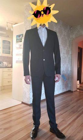 LAVARD Czarny garnitur męski z ozdobnym pinem studniówka okazja