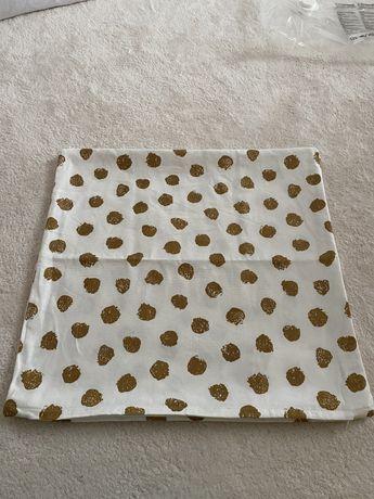 Capa de almofadas Ikea brancas com pontos dourados