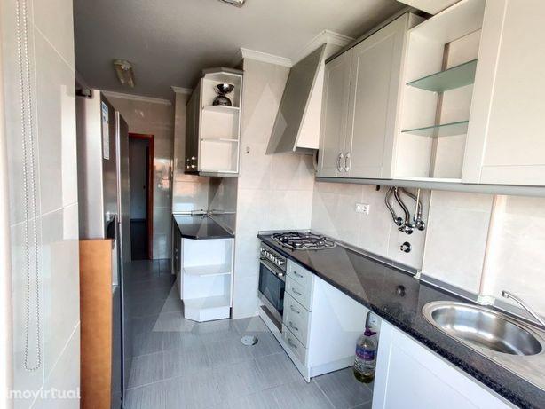 Apartamento T2 em Esgueira com garagem fechada e arrumo