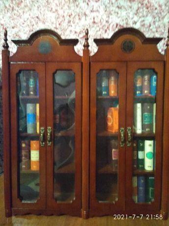 Шкафчик с миниатюрными книгами