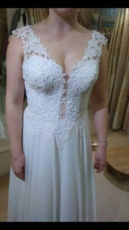 Suknia ślubna z efektownym dekoltem+welon