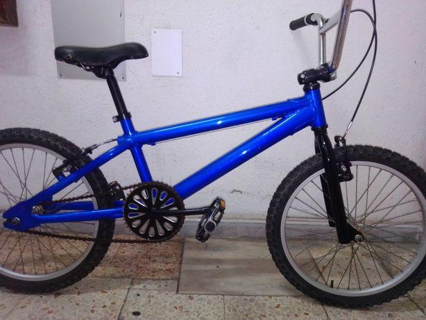 Bicicleta BMX de alumínio.