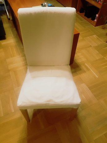 Białe krzesła z pokrowcami