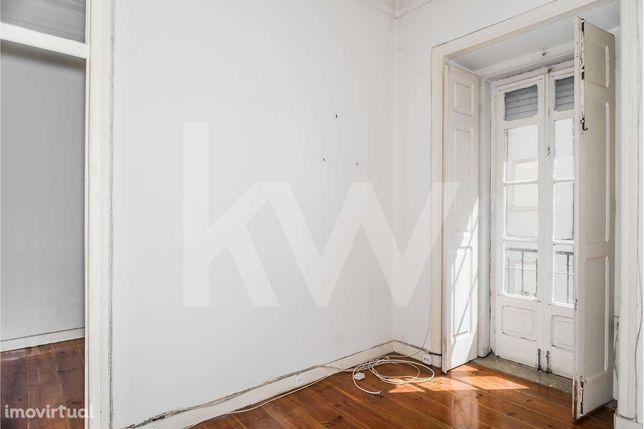 Apartamento T2+1 (quarto interior) para remodelação em Arroios