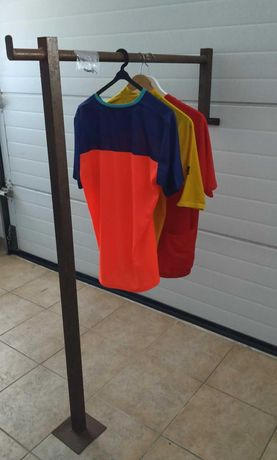 Expositor metálico Vintage (15/20 peças roupa)fixar á parede ou móvel.