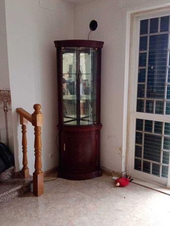 Movel de madeira com portas de vidro