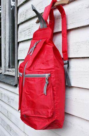 Czerwony plecak z kieszenami