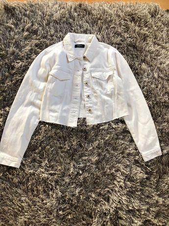 Biała krótka jeansowa kurtka s/m strzępiona pieces