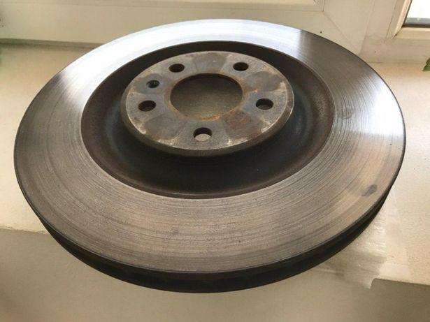 Оригинальные задние тормозные диски с колодками (тормоза) на Ауди Q7 2