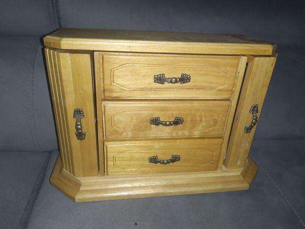 Drewniana komoda vintage. Drewniana szkatułka na biżuterię