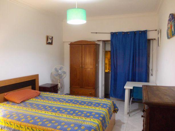 arrenda-se quarto espaçoso em alverca (sala adaptada a quarto)