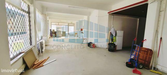Massamá, Loja com 200 m2 com portão de garagem, a 5 min. da Estação Co