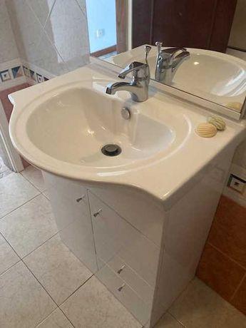 Espelho e movel de casa de banho