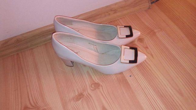 Buty jasne lakierkowe