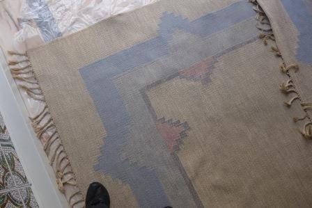 2 carpetes, tecelagem plana artesanal em lã e juta.