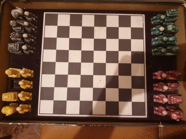 Старинные арабские шахматы из белого камня.