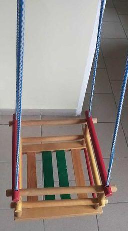 Drewniana huśtawka dla dziecka