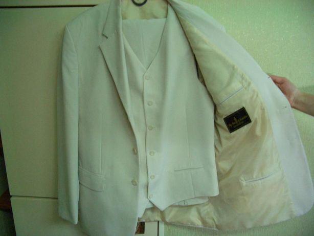 Продам костюм тройку мужской белый.