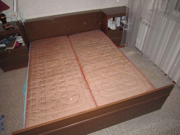 Спальный гарниту из кровати. двух прикроватных тумбочек и трельяжа
