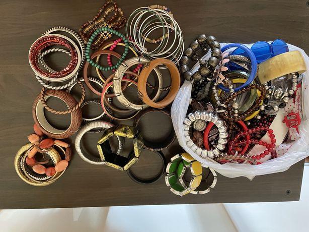 Coleção de pulseiras de várias cores e modelos