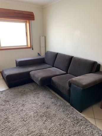 Sofá com chaise + 3 puffs