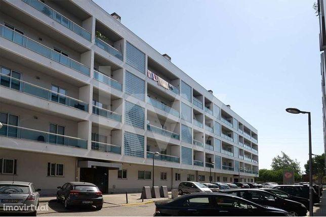 Apartamento T2 com varanda de 20m2, garagem dupla na zona do Glicinias