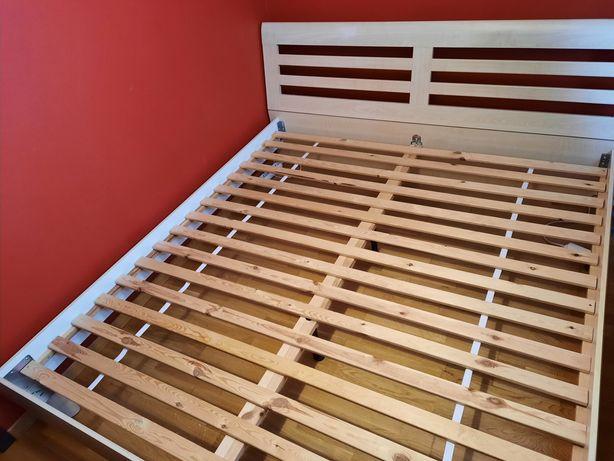 Łóżko sypialniane plus szafki nocne plus komoda i materac w komplecie.