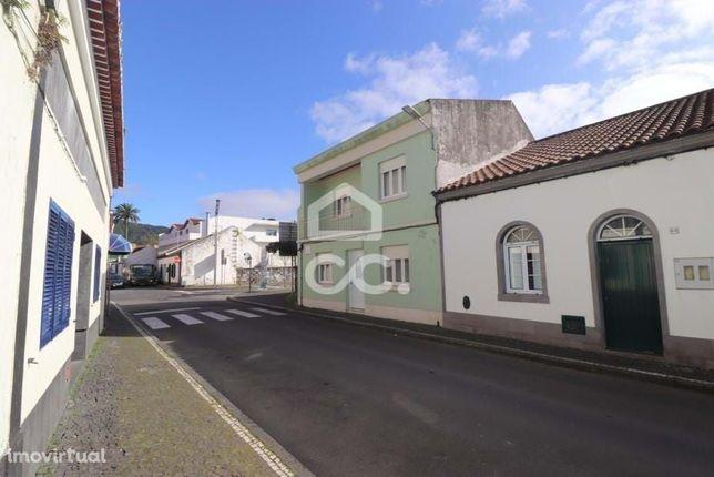 Moradia de 3+2 Quartos;  Zona Social de 60 m2;  Quintal;  Centralidade