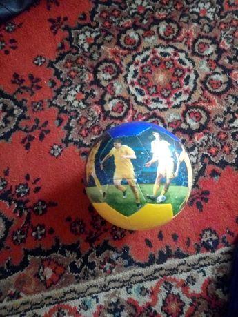 Мяч с игроками сборной Украины