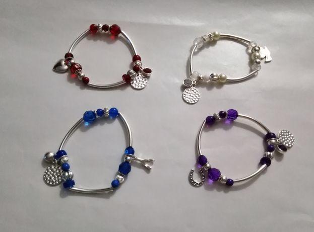 Conjunto de pulseiras com significado.