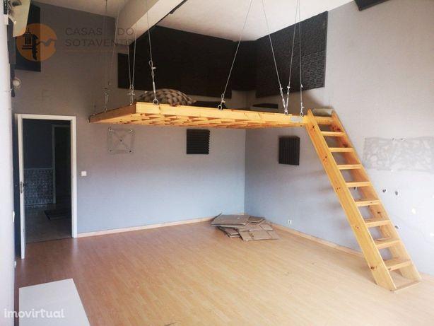 Apartamento T1 com 106m2 para remodelação total na Calçad...