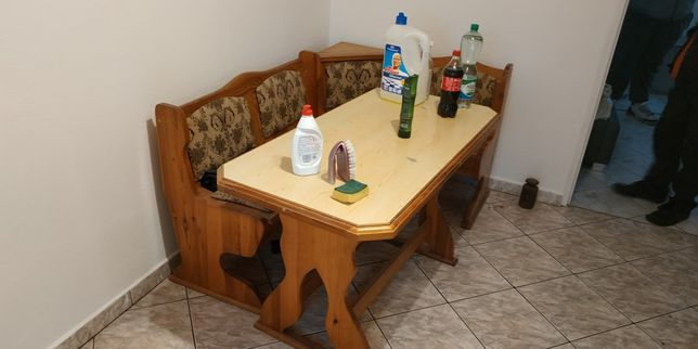 Ława narożna plus stolik.