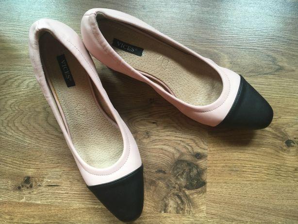 Skórzane buty na słupku
