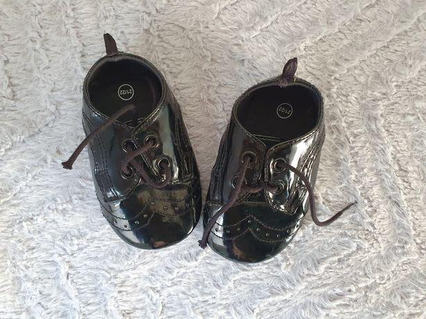 Nowe eleganckie buciki, lakierki, dł. 11 cm