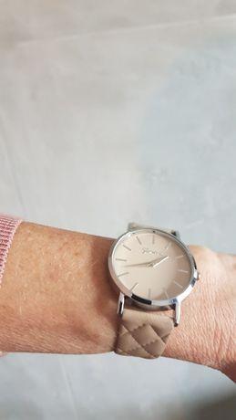 Elegancki zegarek koperta w kolorze srebrnym skórzany pikowany pasek k