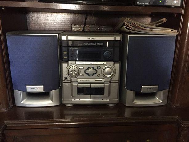 Aparelhagem de som Aiwa com duas colunas