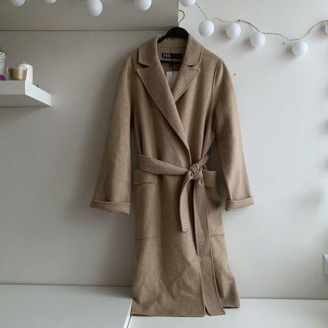 beżowy płaszcz oversize z tkaniny z domieszką wełny z paskiem Zara 38