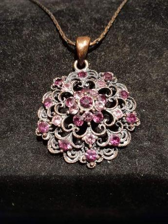 Stary miedziany łańcuszek z fioletowymi kamykami