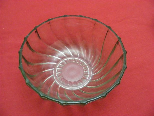 Салатники (салатницы),. конфетница, стекло.