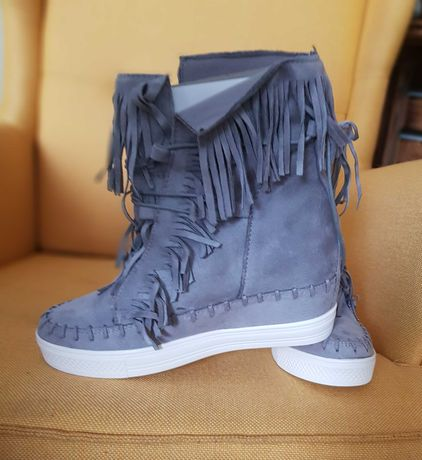 Sneakersy z frędzlami