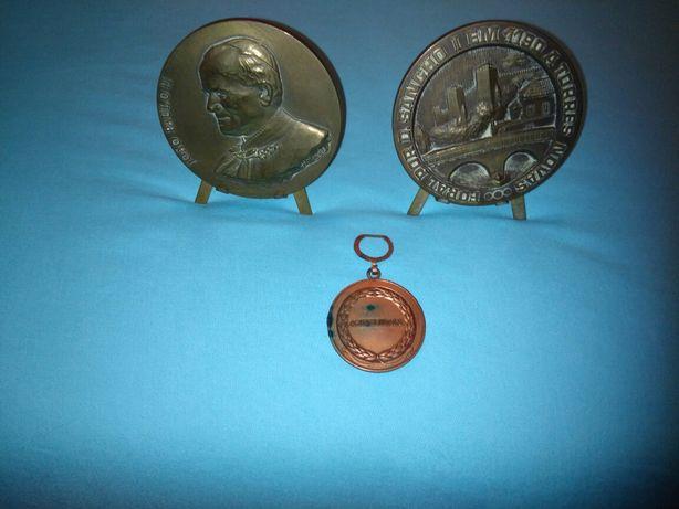 Medalhas e porta chaves.
