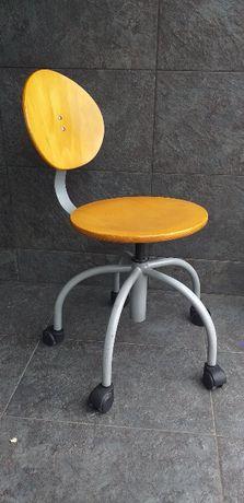 Drewniane krzesło obrotowe na kółkach z regulacją wysokości