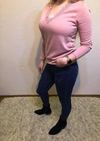 Pudrowy sweterek z koronką