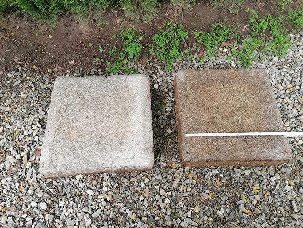 Dwie podstawy lub daszki słupów ogrodzenia z naturalnego kamienia