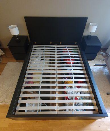 Cama Malm Ikea com mesas de cabeceira