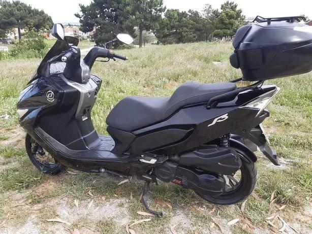 Maxi scooter Daelim S3 125, ano de 2015, 42,500km. Impecável.