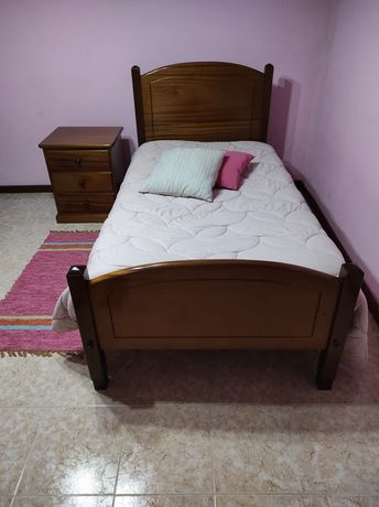 Cama de solteiro, colchão e mesinha de cabeceira