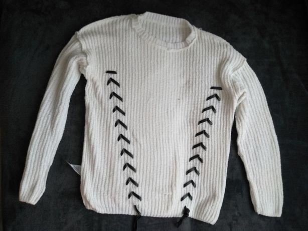 Biały sweterek z ozdobnymi wiązaniami