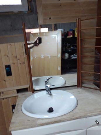 Espelho de casa de banho com copo e espelho de toillete