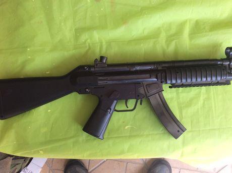 Rifle H & K de brinquedo realista com carregador de remoção.